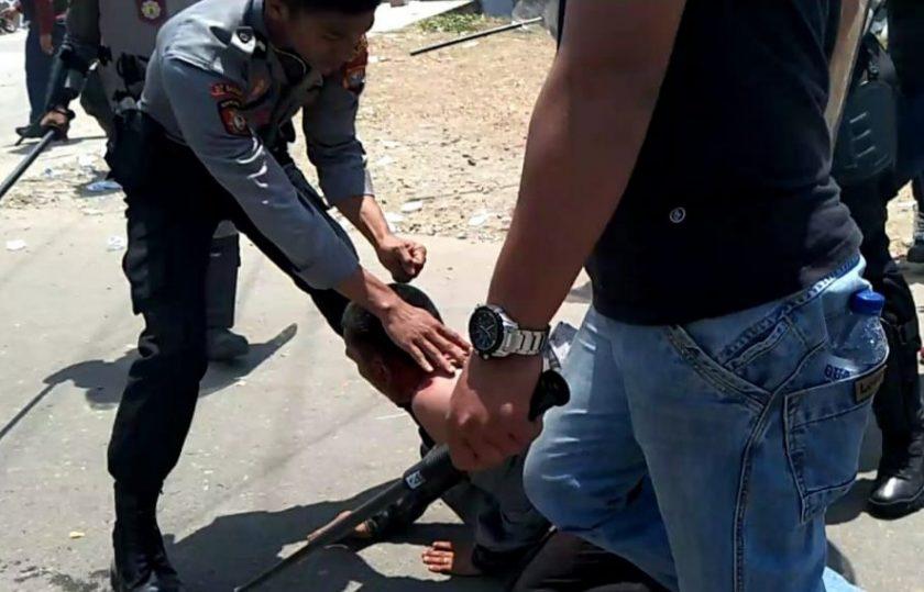 Mahasiswa Luka-luka Saat Demo di DPRD Sulbar