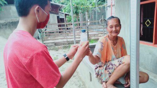 Aksi Pemuda Desa Galeso Berbagi Antiseptik Gratis