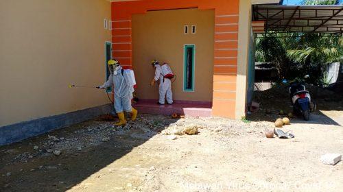 Rumah Pasien Positif Covid-19 di Sampaga Disemprot