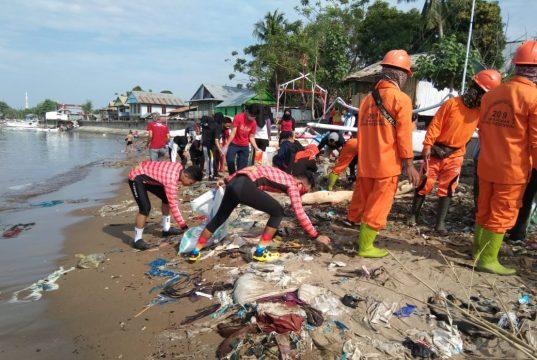 Tiga Ton Sampah Diangkut dari Pantai Kampung Baru Lantora