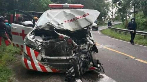 Lakalantas Mobil Ambulance vs Truk di Tapalang