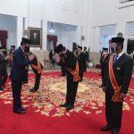 Tjahjo Terima Bintang Mahaputera Adipradana dari Jokowi