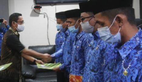 Irwan Pababari Serahkan 89 SK CPNS Seleksi Tahun 2019