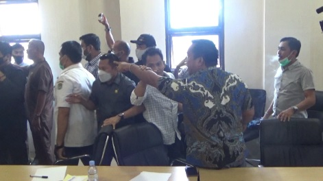 RDP Berujung Ricuh di DPRD Mamuju