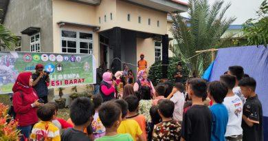 Rektor Unasman saat berdialog dengan anak-anak di Malunda