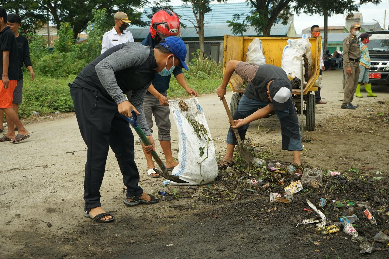 Atasi Problem Sampah, Senator Ajbar Sumbang 1.000 Tong